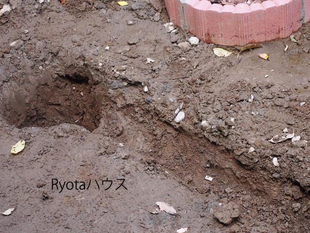 水の通り道の穴を掘る