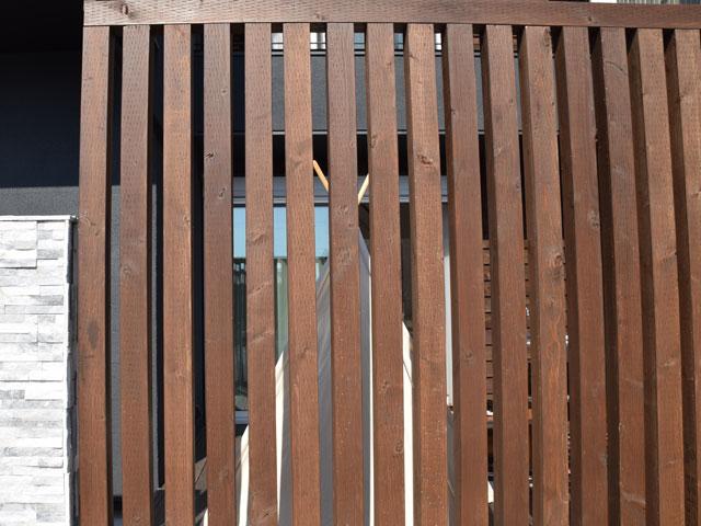ウッドデッキを大きなフェンスでガード