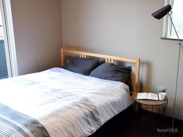 バルコニーのある寝室