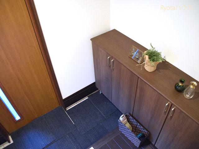 玄関の扉と収納