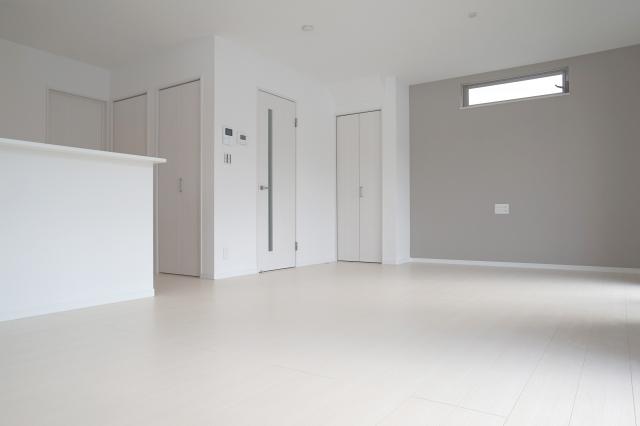 床と壁の色がそっくりな新築